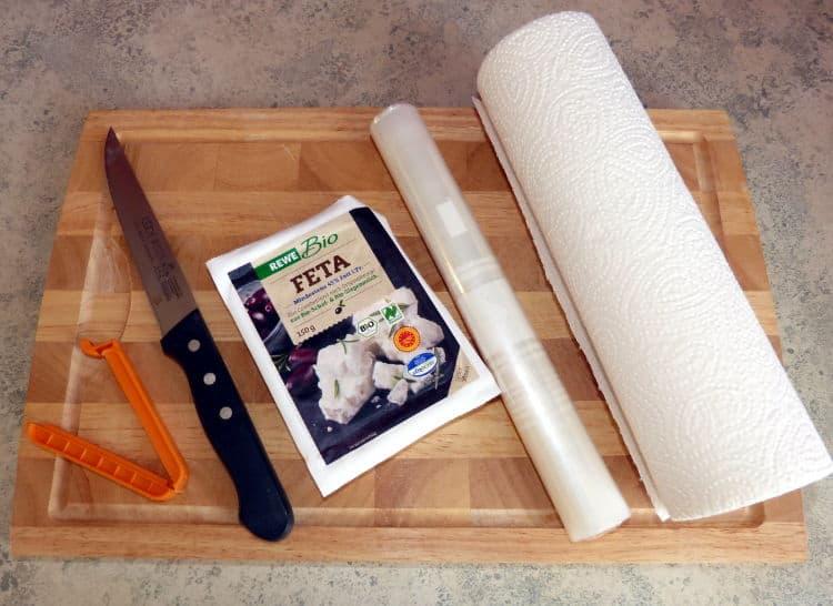 Klammer, Messer, Feta, Gefrierbeutel und Küchenrolle