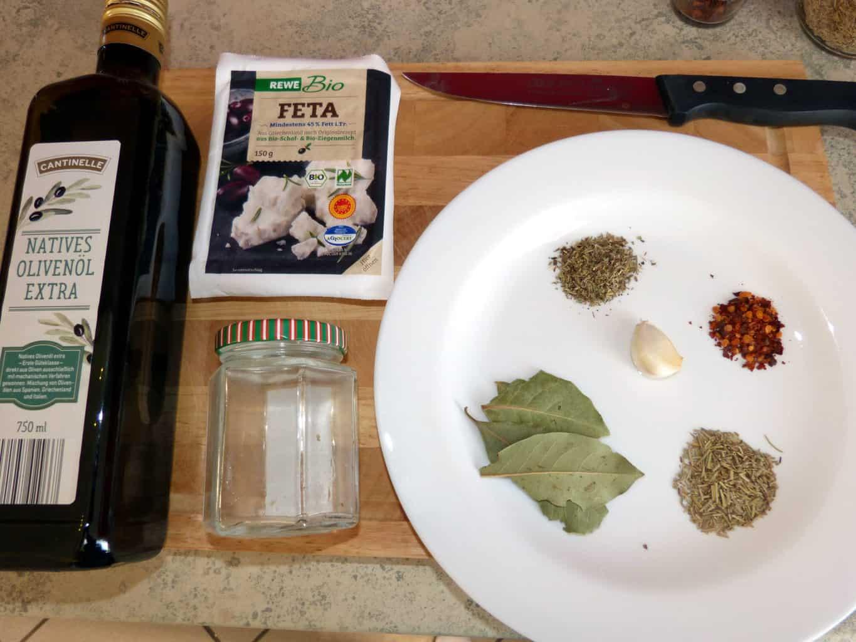 Werkzeuge und Zutaten zum Einlegen von Feta